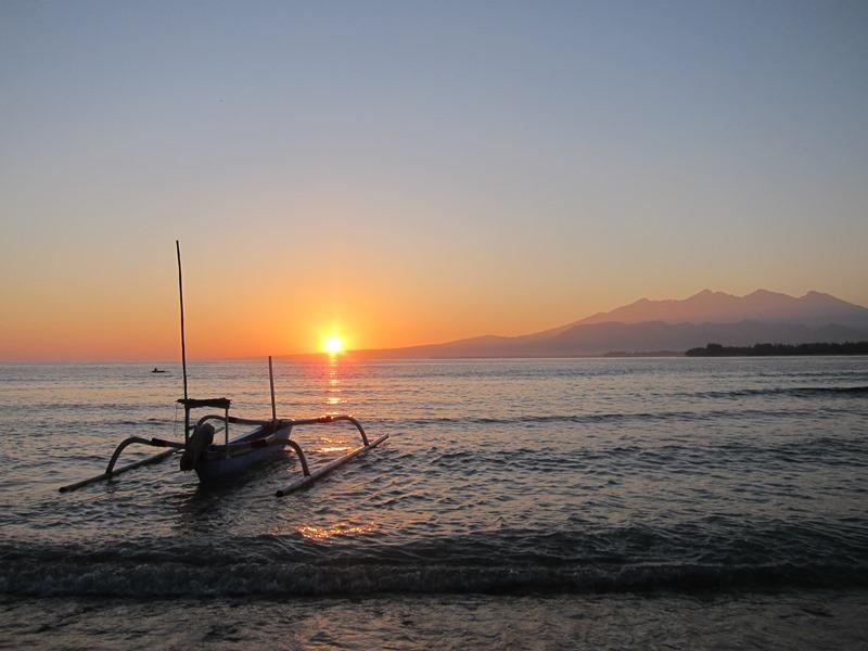 А вот на таких лодочках здесь все рыбачат и совершают небольшие поездки. Специальная конструкция, устойчивая к волнам.
