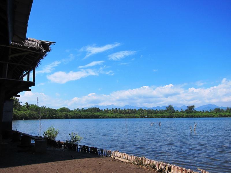 А вот здесь внимание. На острове Гили Мено есть даже озеро, причем совсем не маленькое, тем более учитывая размеры острова.