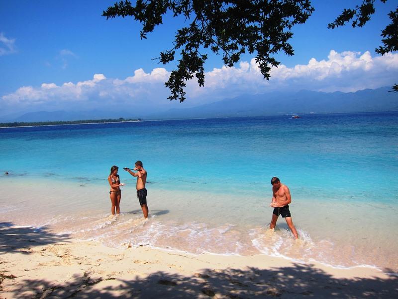 Мимо такого красивого пляжа мы не смогли пройти, так что устроились на очередной привал с купаниями.