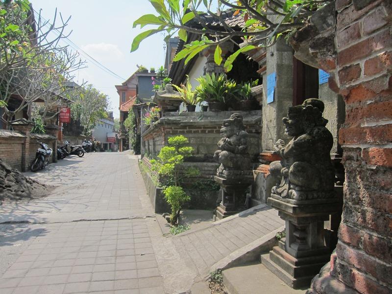 Улица с нашим отелем.