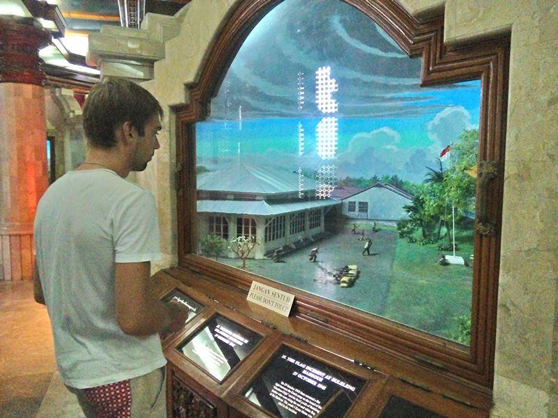 На нижних уровнях можно было просмотреть экспозиции истории Индонезии.