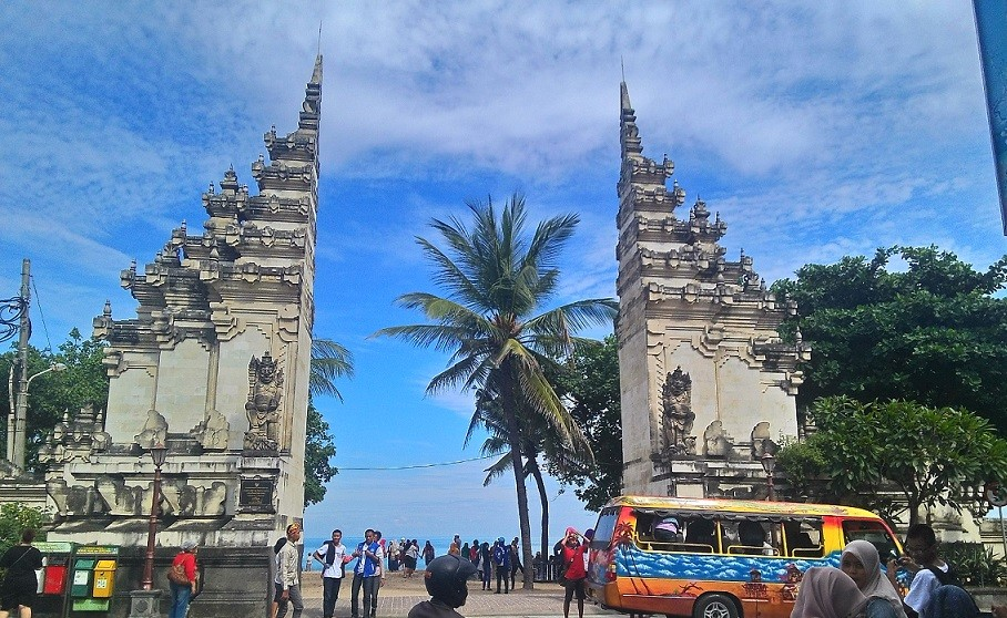 Добро пожаловать на Бали! Такие непохожие на все и такие похожие на Бали расколотые ворота.