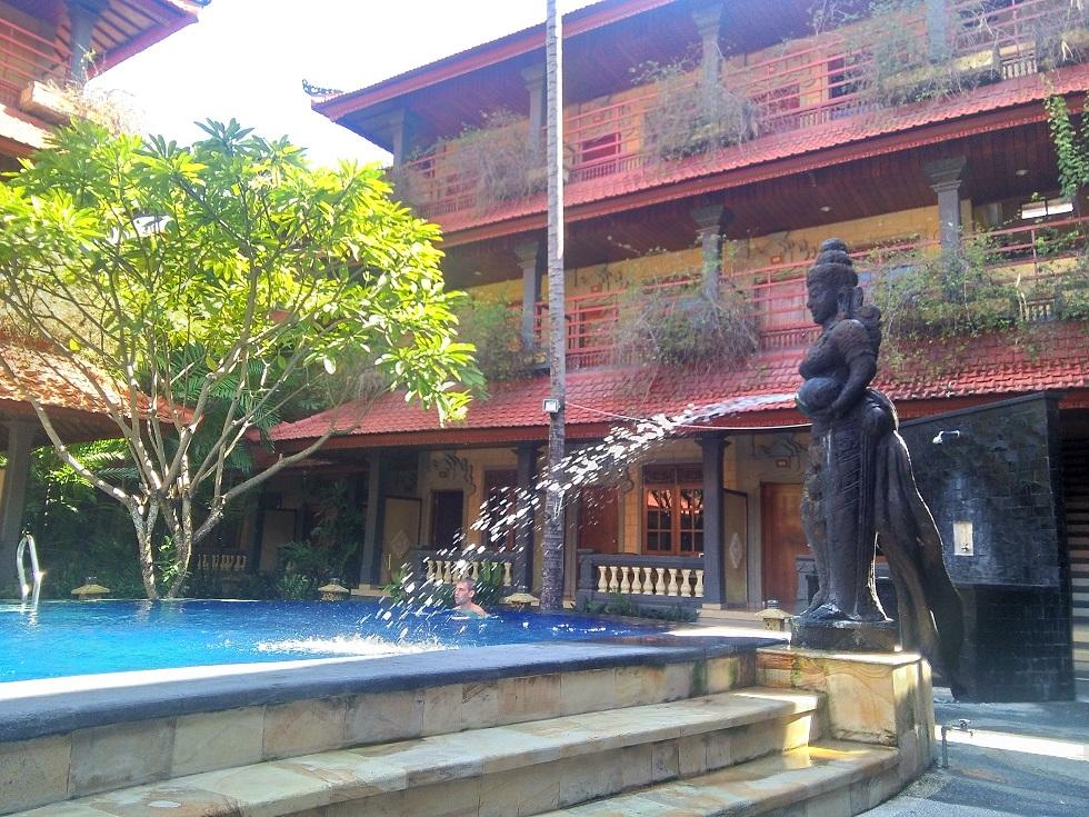 Отель состоит из 4 основных корпусов, расположенных прямоугольником вокруг бассейна.