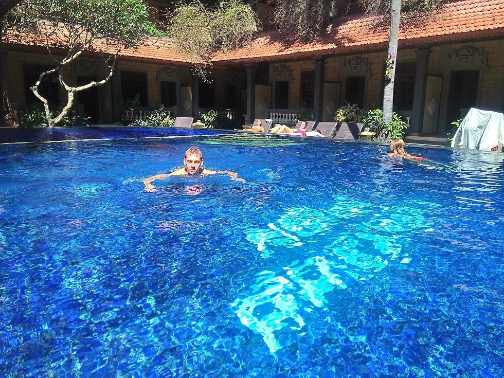 Бассейн в нашем отеле - это пожалуй главный джокер. Ну он действительно крутой.