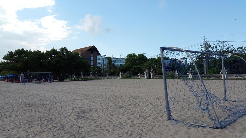 Футбольное поле здесь пустует только утром.