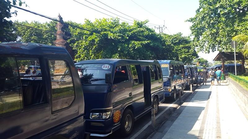 И каждый день вот такие автобусы привозят на пляж сотни индонезийцев.