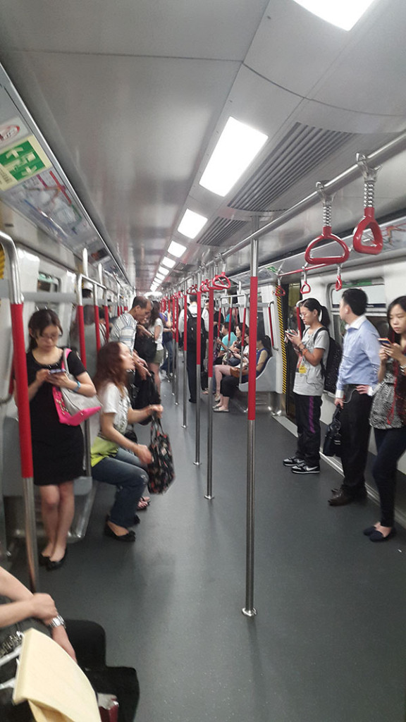 Первым делом до Гонконга надо доехать. Две остановки на метро и мы на месте.