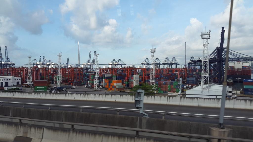 А вот и другой Гонконг. Крупнейший порт.