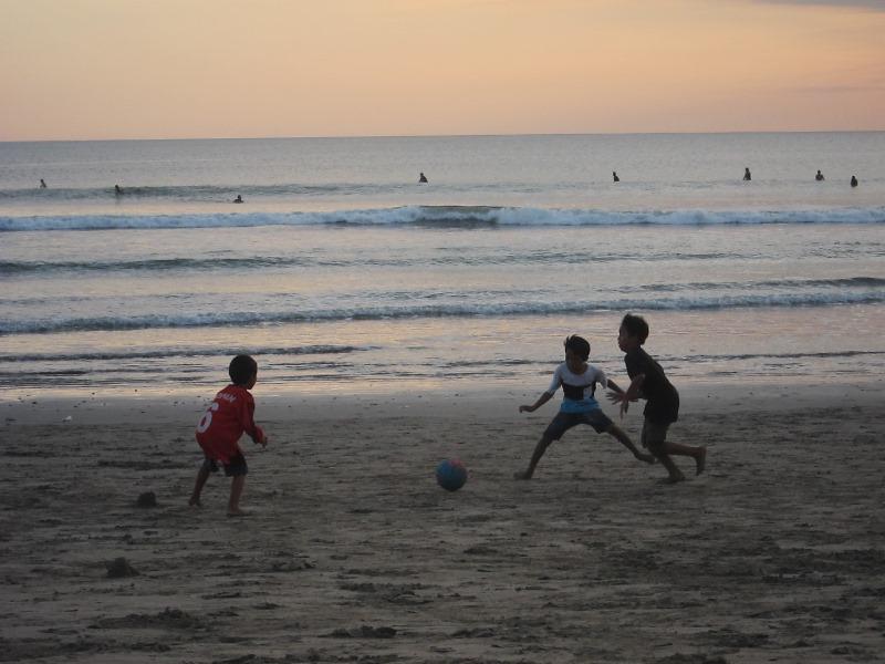В футбол играют прямо у моря.