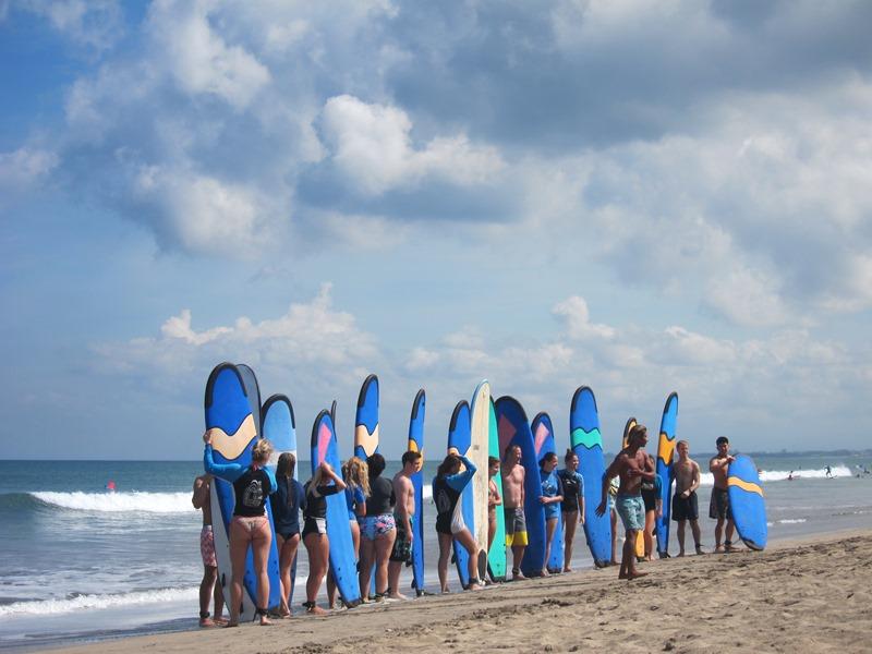 С ухмылкой глядя на учеников серфинг школ, которые занимались теорией и фотографировались, пока я учился вставать на волны.
