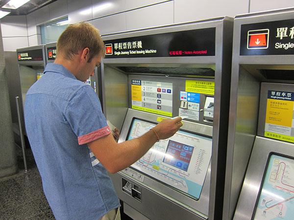 Покупаем билеты на метро в автомате.