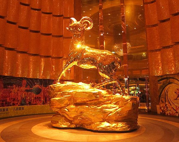 А вот дальше было роскошное, золотое MGM c таким золотым бараном при входе.