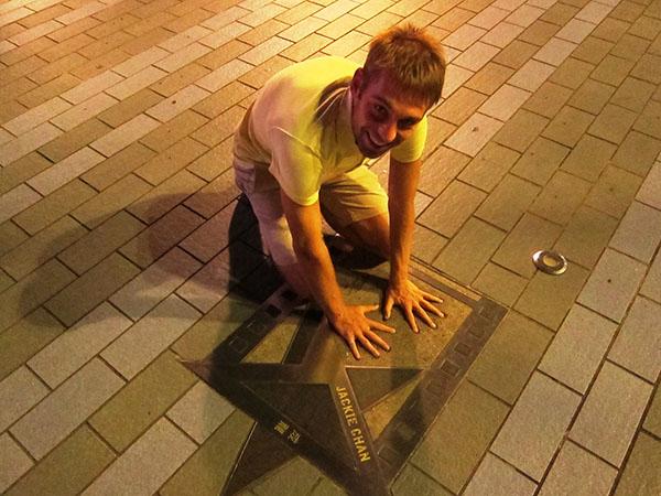 Завершившийся отличной прогулкой по аллее звезд. Уже второй раз я нахожу звезду Джеки Чана и прикладываю к ней руки. Первый раз был в Бангкоке.