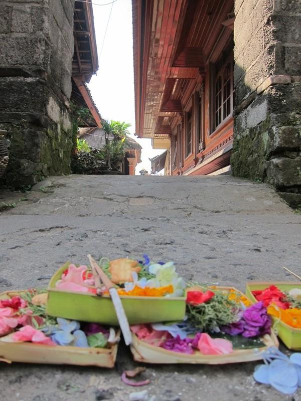 Ежедневные подношения Богам - вы будете видеть их повсюду на Бали. Это еще одна неотъемлемая часть острова.