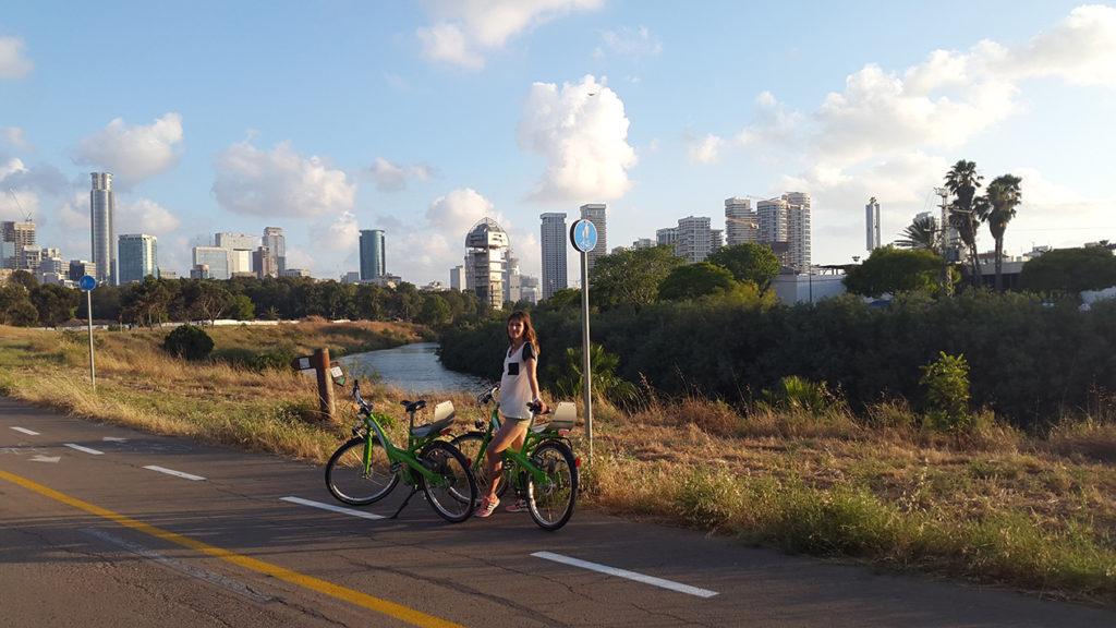 А вот опять Тель Авив. Во время велопрогулки в парке Ха Яркон. Велодорожки в Тель Авиве, да и наверно везде в Израиле очень развиты, а велосипеды очень популярны.